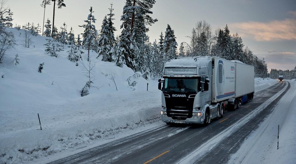 Скания на зимней дороге